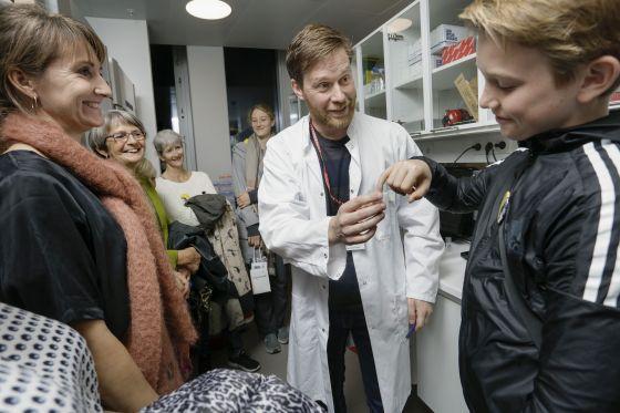 Lektor Claus Desler viser rundt i laboratoriet